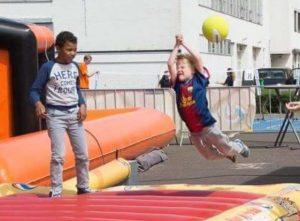 Springende kinderen op een springkussen